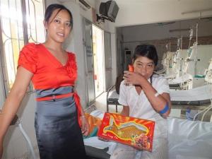SOV besucht Mama von Ha und Giang im Krankenhaus bei der Dialyse